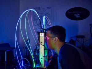 Magic Leap 的工程师正在调试设备。图片来自《连线》
